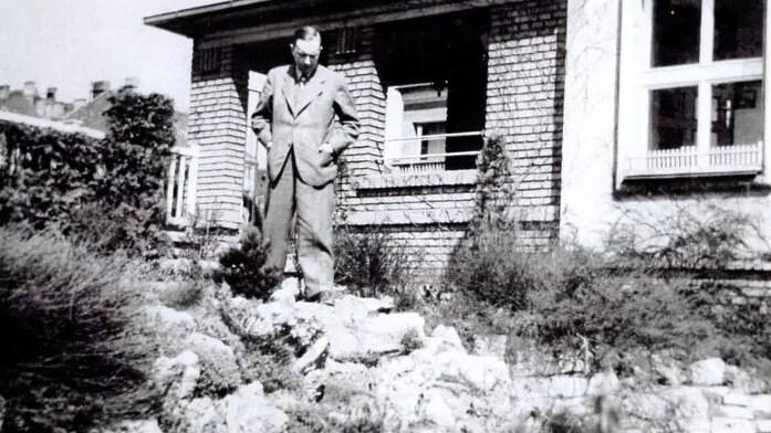 Karel Čapek na své zahradě